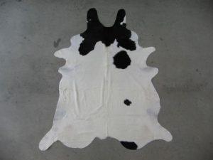 koeienhuid-enkele-zwarte-vlek